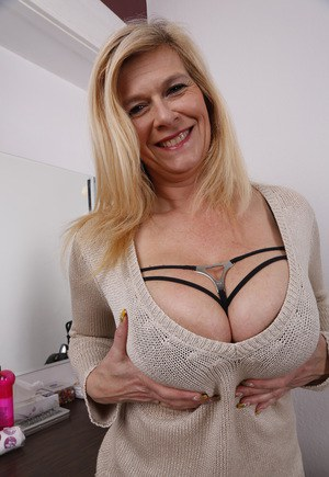 Naked mature moms pic